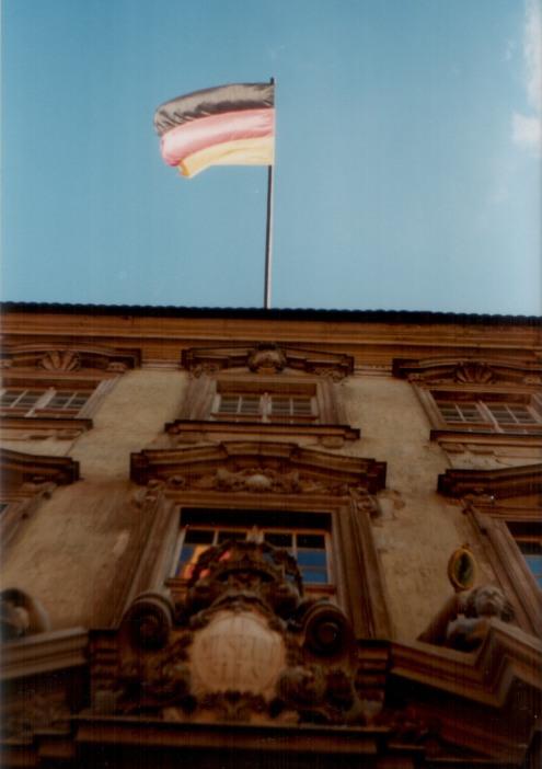 Görlitz, Stadtmuseum mit Deutschland-Flagge am 03.10.91