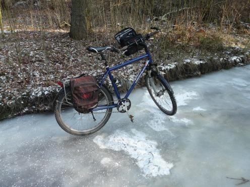 Rad auf vereistem Waldweg