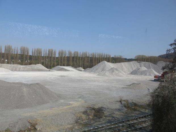 aus dem Zugfenster auf Kalkwerk-Gelände