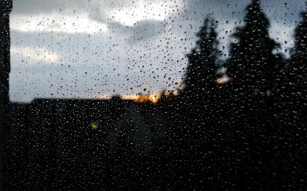 regennasse Fensterscheibe vor Sonnenuntergang
