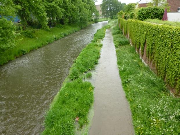 von Hönneinselbrücke flussabwärts, mit überflutetem Fußweg