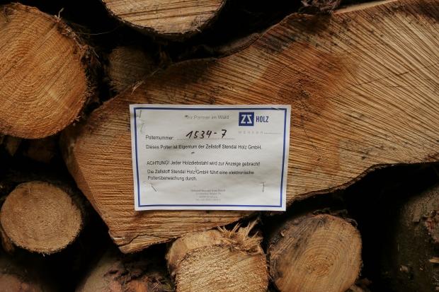 Holzstapel mit Eigentumszettel