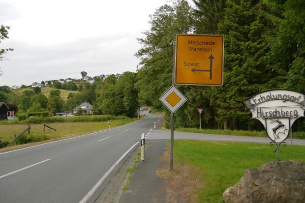 Hirschberg-Bache, Ortseingang mit Stein