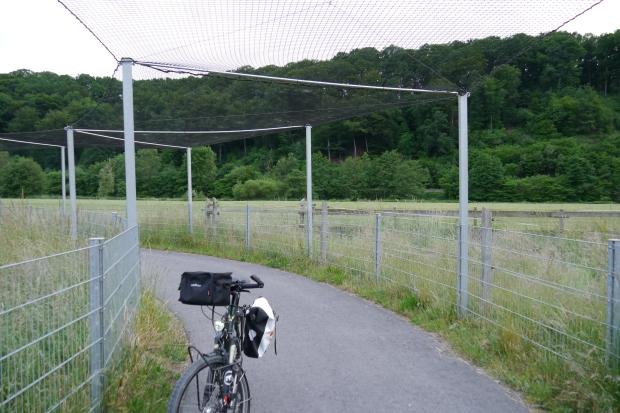 Ruhrtalradweg mit Netzdach-Schutz am Flugplatz Oeventrop